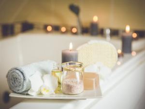 Essenzen und Badezusätze mit heilsamer Wirkung
